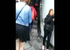 Rico upskirt saliendo del metro