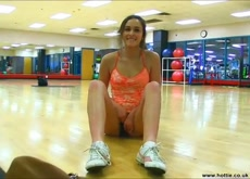 Chica sexy flashing pussy gym