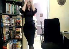 Milf masturbándose en su oficina